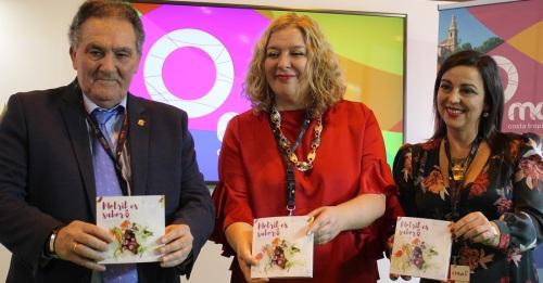 Antonio Escámez, Flor Almón y Alicia Crespo (izq) presentan la guía gastronómica de Motril en Fitur 2018