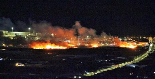 Bomberos, Policía Local y Protección Civil de Motril en la extinción del incendio junto al anejo de Santa Adela