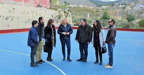 La alcaldesa de Motril y el teniente de alcalde de Urbanismo visitan la pista deportiva de San Antonio reformada con Estrategia DUSI cofinanciada por fondos FEDER de la UE