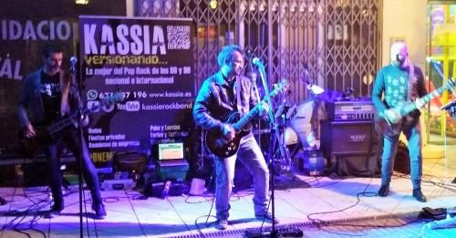 La plaza del Tranvía de Motril vibró a ritmo de rock de la mano de Kassia y sus electrizantes covers