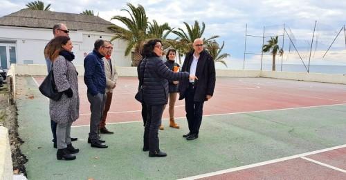 Ciudadanos denuncia el lamentable estado de la pista polideportiva de la playa de La Herradura
