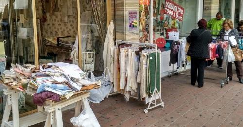 Comercios de Motril sacan su género a las puertas de sus locales para incentivar las ventas en la 3ª Feria del Stock