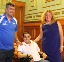Foto de archivo de la alcaldesa, Flor Almon, y el director del área de Deportes, Emilio Garcia, con Fernando Antunez en el Ayuntamiento de Motril