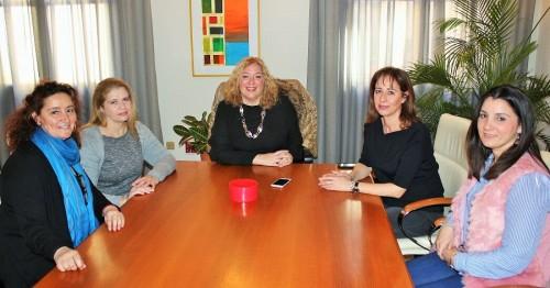 La alcaldesa de Motril, Flor Almón (centro), en la reunión mantenida con representantes de CCOO