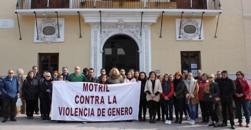 Momento del Minuto de silencio a las puertas del Ayuntamiento de Motril