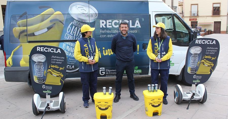 La campaña 'Recicla y Respira_ sensibiliza en Motril acerca del reciclaje de envases ligeros en el contenedor amarillo
