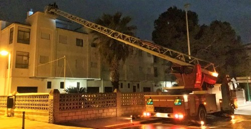 Los bomberos achican agua en la zona sur de Motril y extinguen dos incendios, uno en Motril y otro en Salobreña