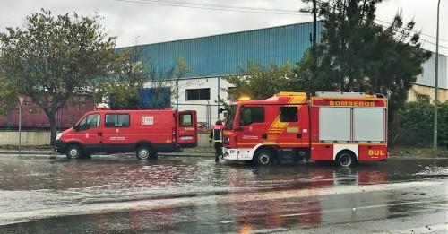 Los Bomberos de Motril tratan de achicar el agua embalsada en la rotonda de entrada del polígono de Alborán