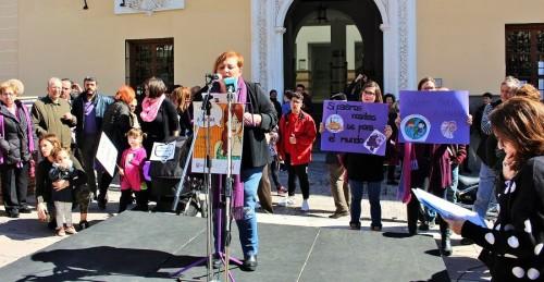 Motril reivindica la verdadera igualdad entre hombres y mujeres con una masiva concentración frente al Ayuntamiento