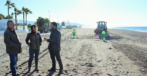 Un dispositivo especial trabaja intensamente en las playas motrileñas para que estén listas en Semana Santa
