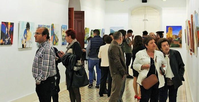 Asistentes viendo la exposición de la escuela de Lola Moreno