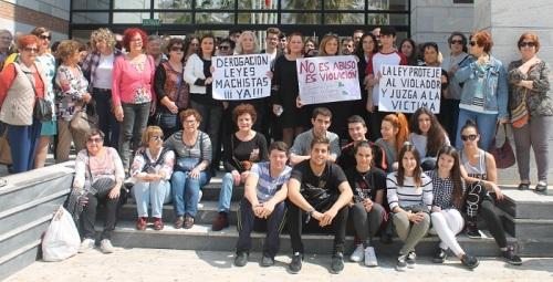 Decenas de personas se manifiestan en Salobreña contra la sentencia judicial de 'La manda'.jpg
