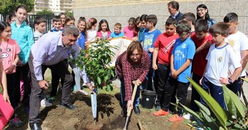 El CEIP Francisco Mejías de Motril reivindica la figura de la mujer con la plantación del Naranjo de la Igualdad