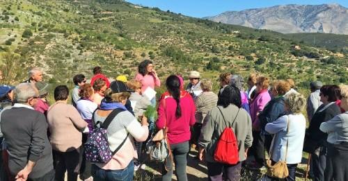El Centro Medioambiental Pico de Águila en Gualchos recibe la visita de mayores de los Talleres de Servicios Sociales