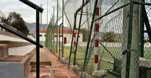 El PP de Salobreña critica el estado de abandono del polideportivo municipal