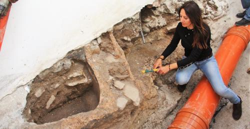 Halladas dos piletas romanas durante la rehabilitación de una calle en el casco antiguo de Almuñécar