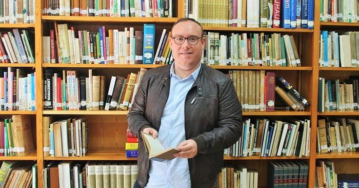 Manuel Guirado en la biblioteca municipal de Salobreña