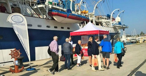 """Más de 200 cruceristas disfrutan de los productos """"Sabor Granada"""" en el Puerto de Motril"""