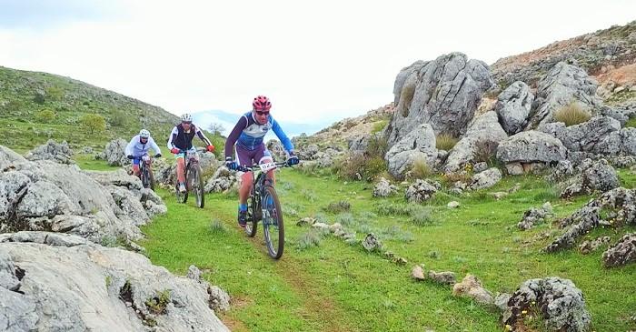 Más de 300 ciclistas disputan la media maratón MTB Cumbres del Polje