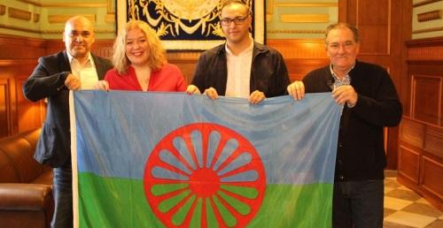 Motril iza la bandera Romaní en conmemoración del Día Internacional del Pueblo Gitano