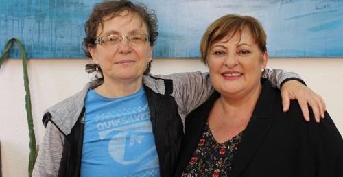 Susana Feixas (drcha) con la profesora encargada del taller de Atención Grupal