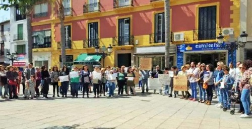 Un grupo de personas se concentra en Almuñécar indignadas por la sentencia de 'La Manada'