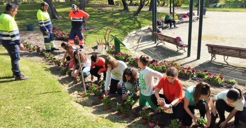 Unos 200 niños plantan flores en el Parque de los Pueblos de América