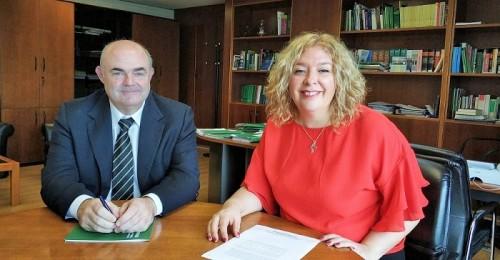 Flor Almón junto al director general de Administración Local, Juan Manuel Fernández.jpg