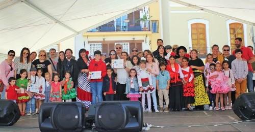 La Plaza de España se llenó para presenciar la entrega de premios del certamen de Cruces de Mayo 2018
