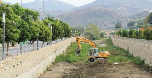 Limpieza del caude del río Verde en Almuñécar