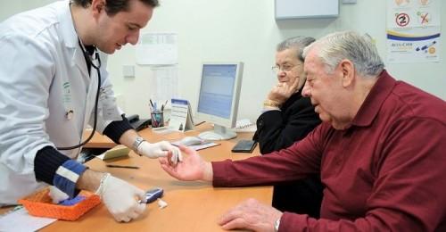 Mejoras para los profesionales sanitarios que permanezcan en puestos de difícil cobertura, acuerdan SAS y sindicatos