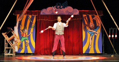 Motril inicia la 'Noche en Blanco_ con el 'Circo Alas' en el Teatro Calderón