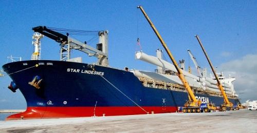 Puerto de Motril_Carga de aspas en buque Star Lindesnes
