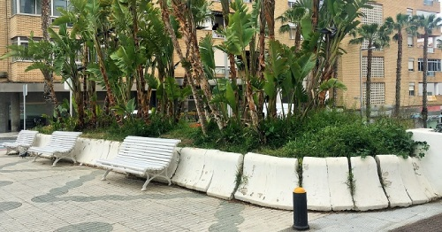 Almuñécar_Jardinera en la avenida Costa del Sol