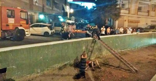 Bomberos y Policía Local rescatan a un turista alemán que cayó al cauce de la Rambla del Espinar en La Herradura.jpg