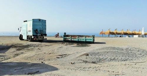 Dispositivo de limpieza de las playas en Motril tras la noche de San Juan 2018
