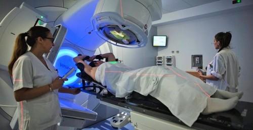 El Hospital Virgen de las Nieves atiende ya a pacientes oncológicos con un nuevo acelerador lineal