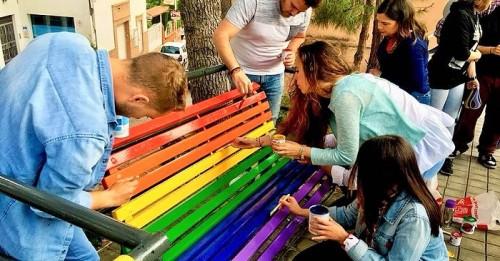 Juventudes Socialistas pintará uno de los bancos del parque de los Pueblos de América con la bandera arco iris.jpg