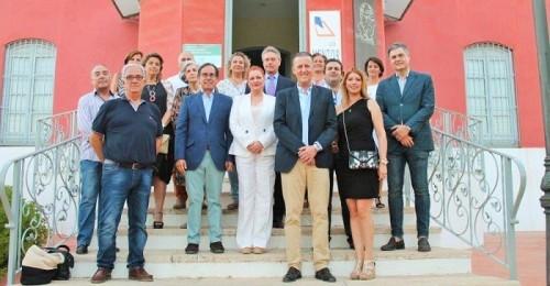 La alcaldesa de Salobreña descubre una placa en la fachada de Casa Roja en honor de Francisco Martín Martín