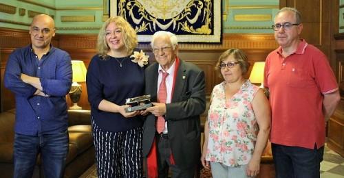 La alcaldesa, Flor Almon, acompañada por los concejales de Inmigración, Servicios Sociales y Relaciones Institucionales, junto al padre Ángel