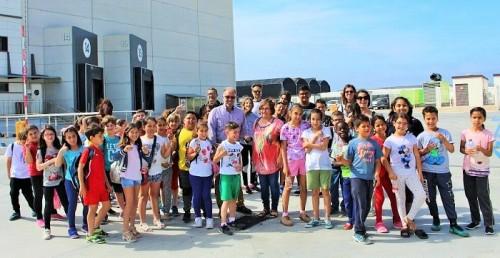 Motril-Mercedes Sánchez, Pedro Ruiz y niños y niñas participantes en la actividad Del Campo a la Mesa