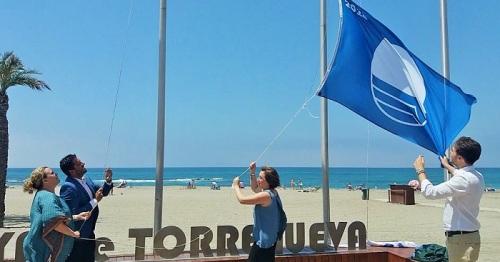 Torrenueva recibe la bandera azul en reconocimiento a la calidad ambiental y apuesta por la accesibilidad de su playa