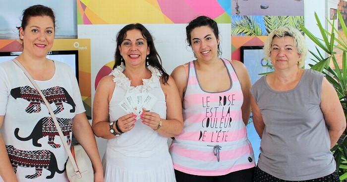 Alicia Crespo junto a las ganadoras del sorteo de entradas para Niña Pastori.jpg