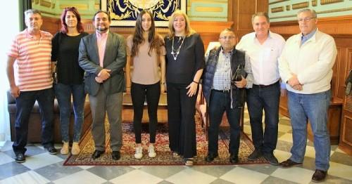 Foto de archivo de la joven nadadora Tamara Frías recibiendo el reconocimiento del Ayuntamiento de Motril