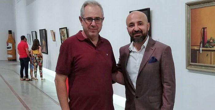 Francisco Ruiz junto a Alexandre Monntoya en la exposición del artista colombiano