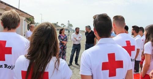 Los tenientes de alcalde Alicia Crespo y Francisco Sánchez-Cantalejo junto al presidente de Cruz Roja Motril presentan el dispositivo de playas