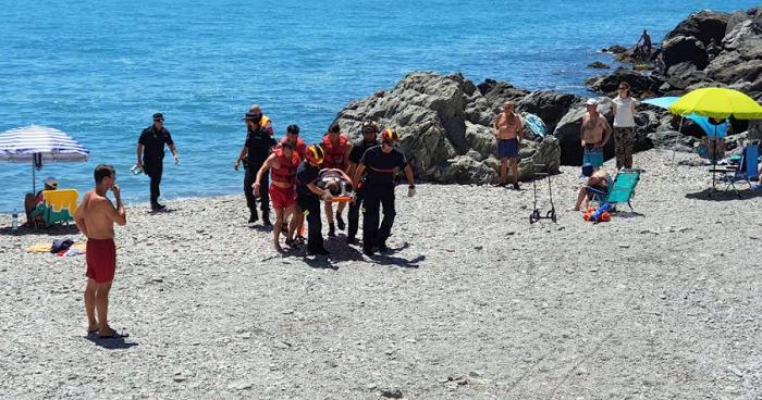 Socorristas de Almuñécar rescatan a un bañista herido atrapado en el Peñón del Medio durante un simulacro