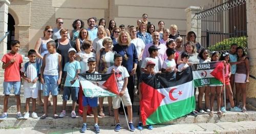 Una veintena de niños saharauis que participan en el programa de Vacaciones en Paz visitan el Ayto. de Motril.jpg