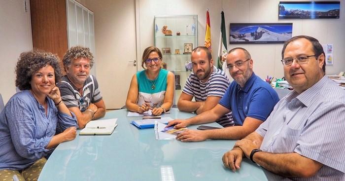 La Consejería de Medio Ambiente y la Asociación de Amigos de la Playa Nudista de Cantarriján inician su colaboración.jpg