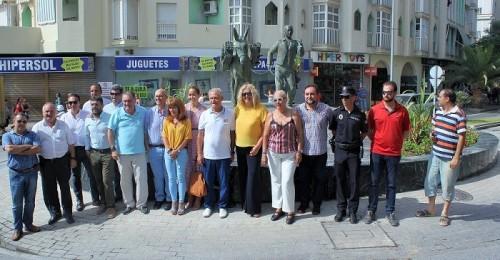 Motril inaugura la escultura homenaje a los trabajadores de la caña de azúcar en la rotonda de San Sebastián.jpg